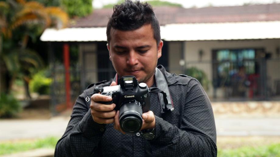Ferley, un hombre que decidió cambiar las armas por las cámaras.