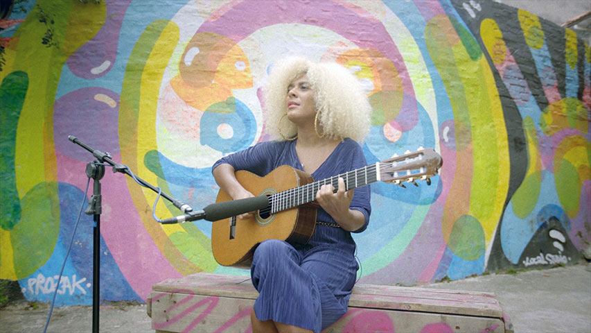 Artista toca guitarra