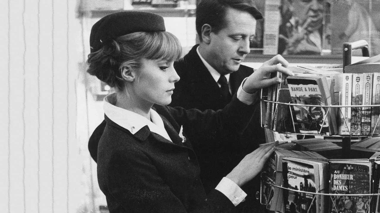 Un hombre y una mujer coquetean en la película La piel suave de Truffaut