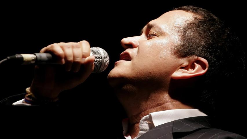 Yuri Buenaventura cantando en concierto