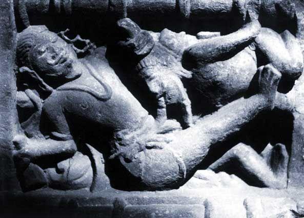 Monge eremita praticando auparashtika (sexo oral) a un príncipe. Templo de Chhapri, India Central.