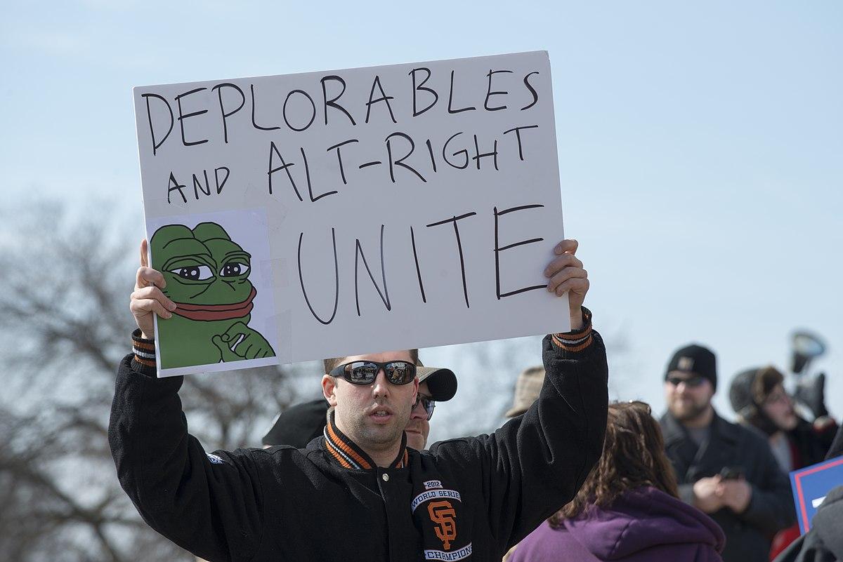 Activista de la derecha alternativa de Estados Unidos con un cartel en el que aparece la rana Pepe
