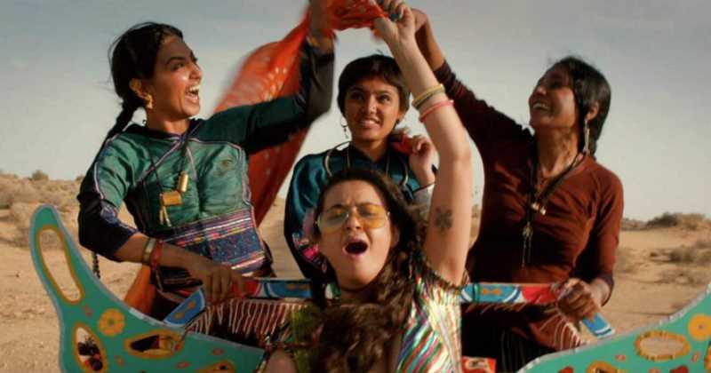 Lajjo, Bijli, Rani y Janaki, protagonistas de la película 'corazones encontrados' sobre una carreta de moto mientras sonrien