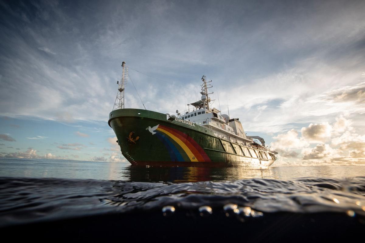 un barco de greenpeace llamado esperanza surca el mar