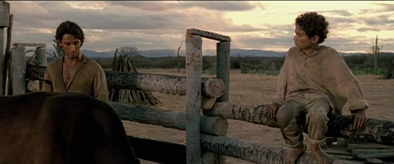 el niño y toño, protagonistas de la pelicula abril despedacado junto a los bueyes de la molienda de caña