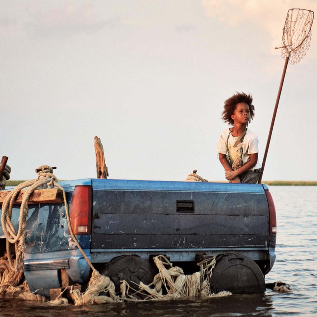 niña afro sobre un automóvil hundido en el agua, de la película Bestias del sur salvaje