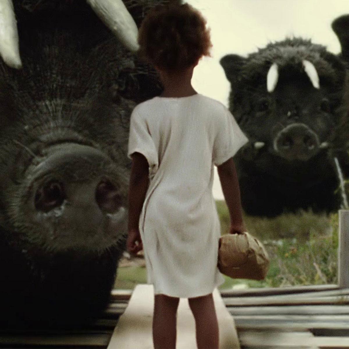 niña afro frente a jabalíes gigantes, de la película Bestias del sur salvaje