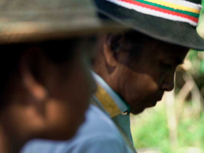 Una abuela nasa habla a su nieta en Camino de la medicina ancestral