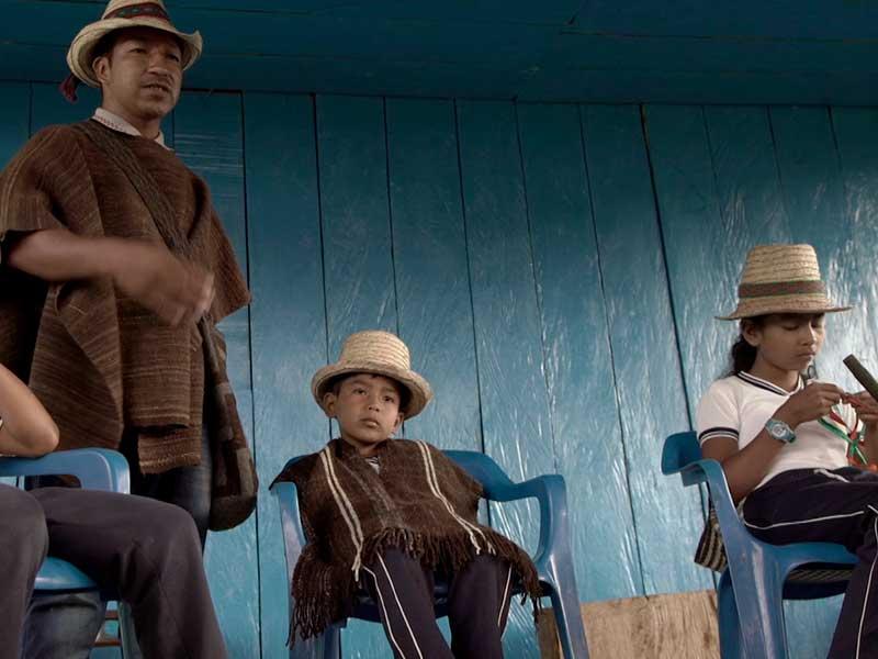 Tres hombres nada y una niña departes en un asentamiento indígena en Camino de la medicina ancestral