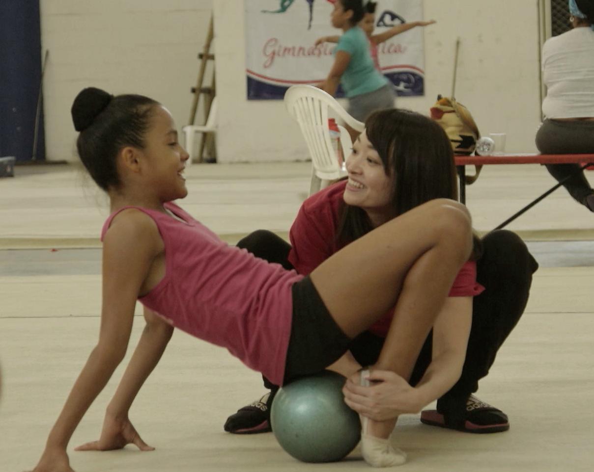 Chihiro, protagonista del documental junto a una atleta colombiana.