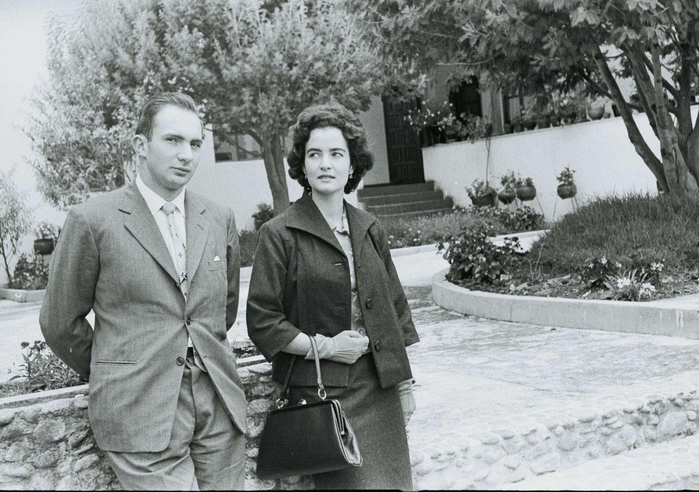 Un hombre y una mujer aparecen en un lugar de campo, de paseo, en blanco y negro. foto antigua