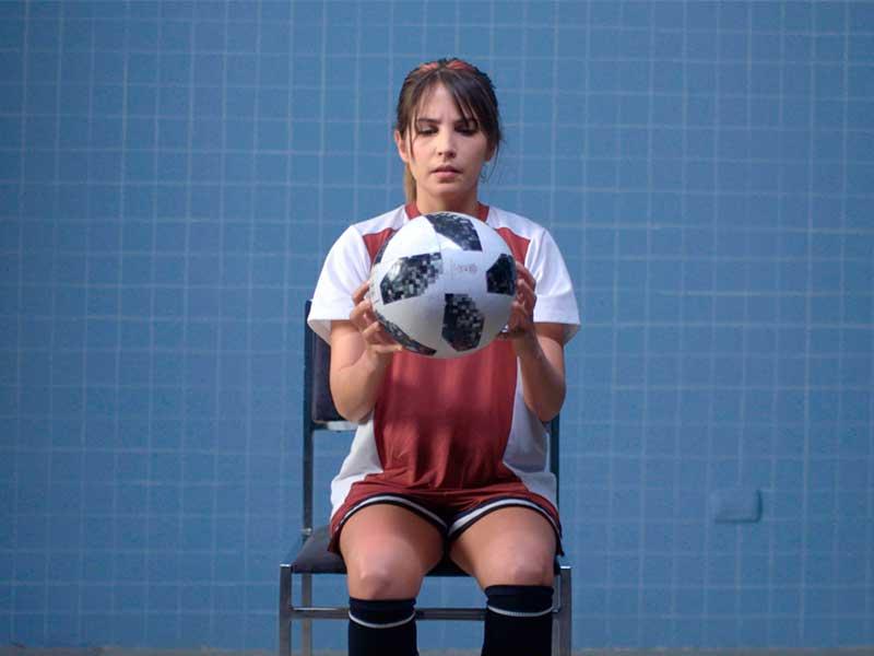 UNa chica sostiene un balón de fútbol en Los diarios secretos de las chicas incompletas