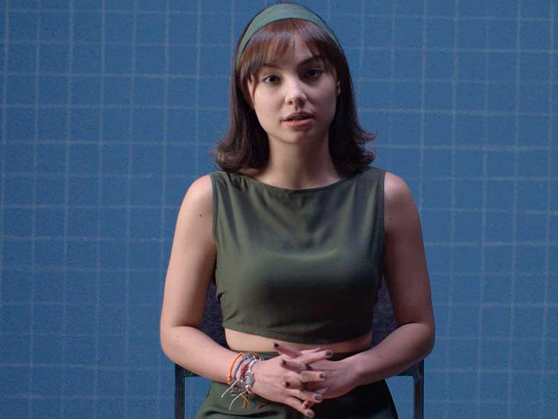 Una chica joven se ve pensativa en Los diarios secretos de las chicas incompletas
