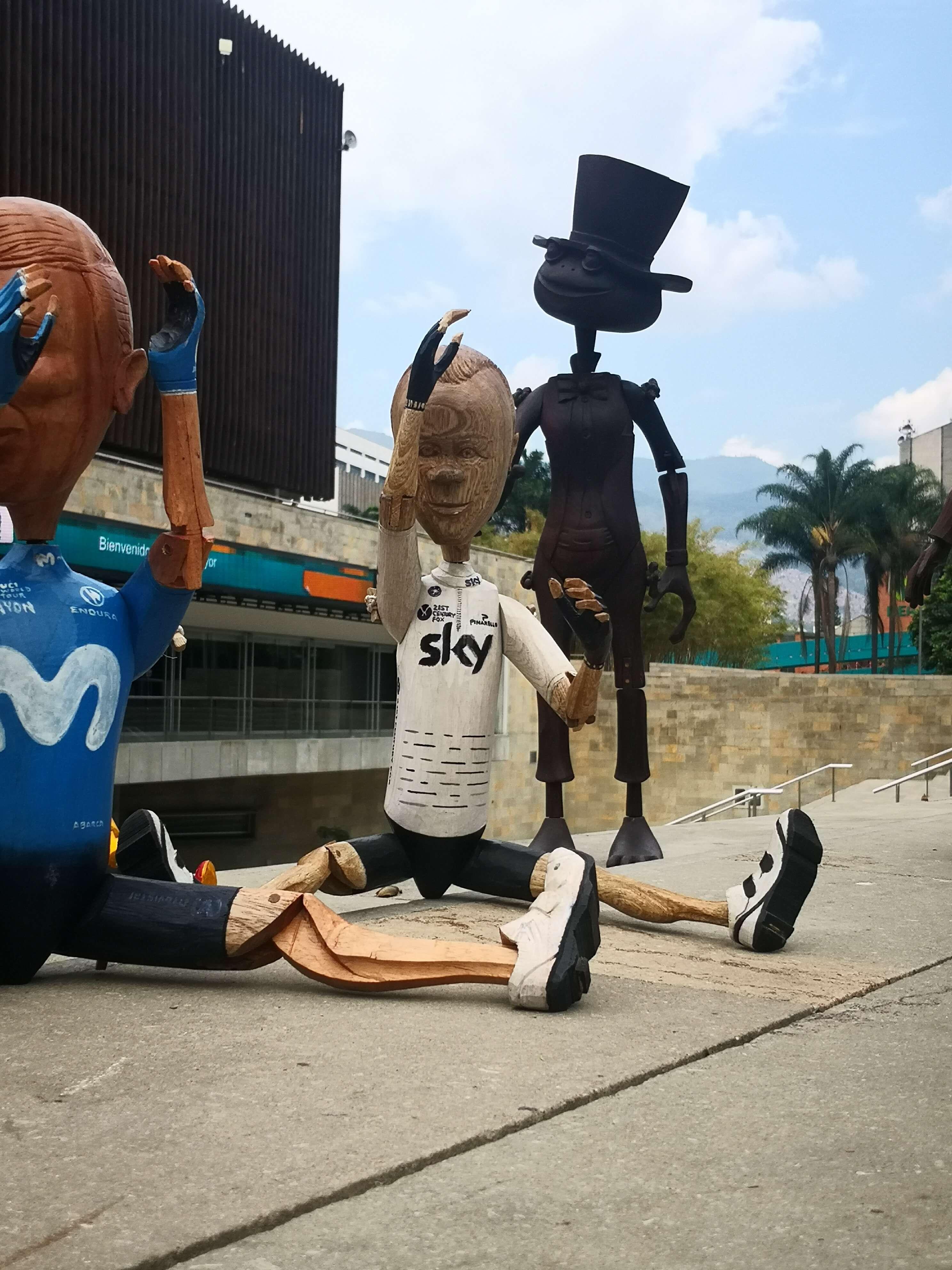 Esculturas de madera de Nairo, Rigo y Froome / Julián Bernal para Señal Colombia