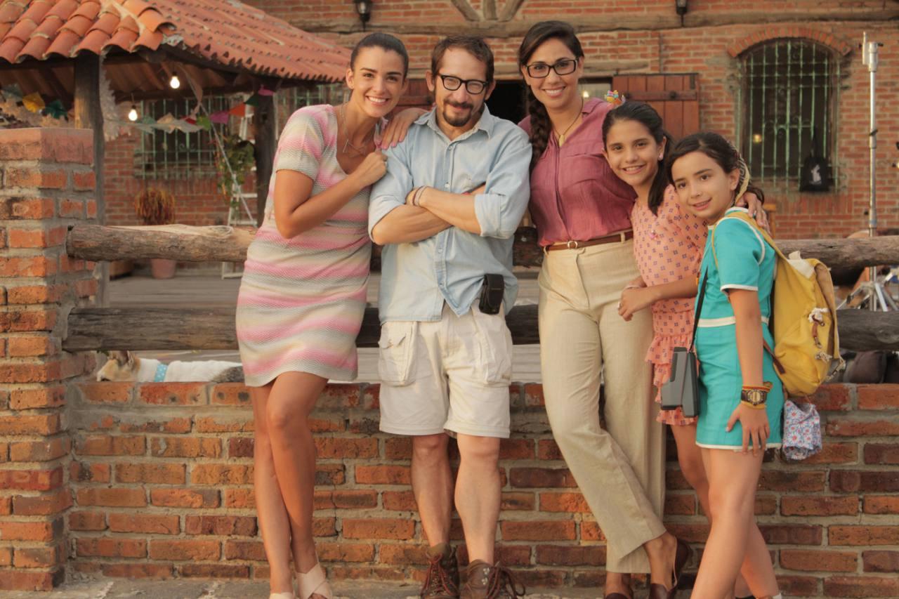 Una familia posa para una foto familiar
