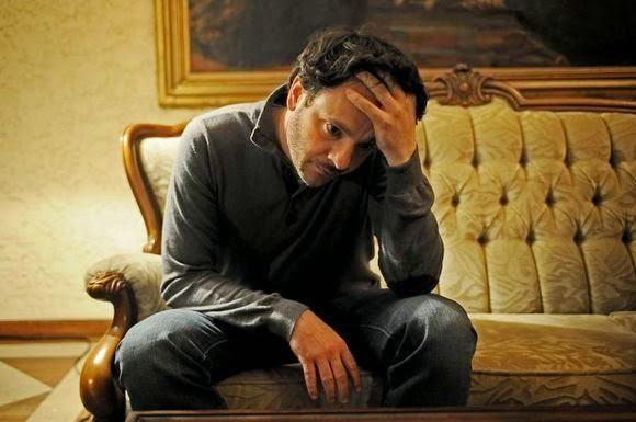 Un hombre sentado en un sofá se ve preocupado