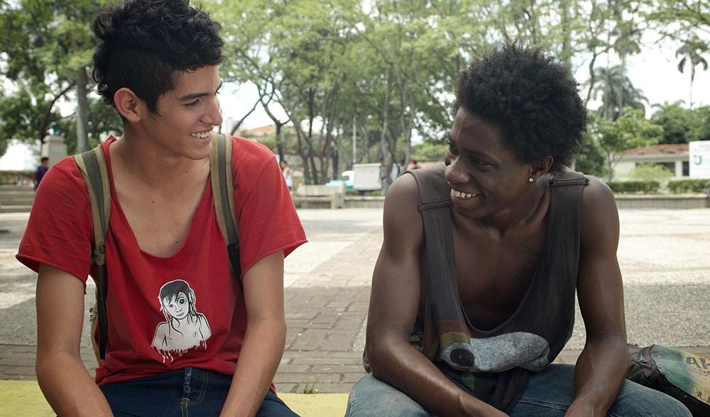 Jóvenes afrocolombianos conversando.