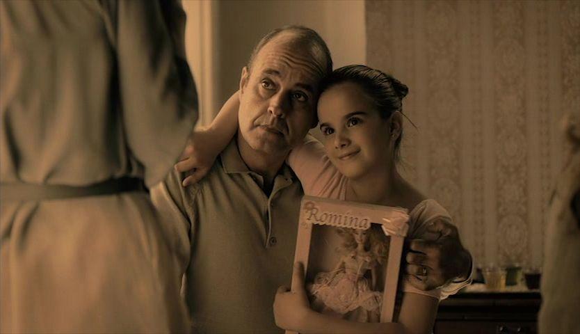 "Niña abraza a su padre en la película ""Nos vemos, papá""."