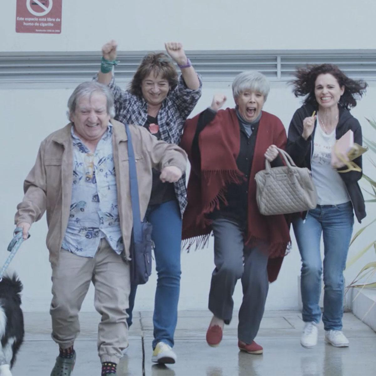 """Unos ancianos incursionan en el crimen con """"Paseadora de perros - Abueles"""""""