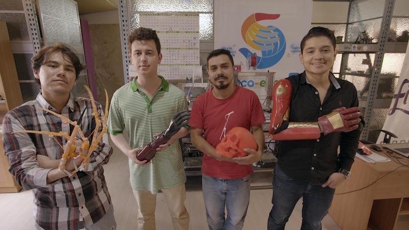 Jóvenes posan con sus innovadoras y curiosas prótesis hechas en Colombia