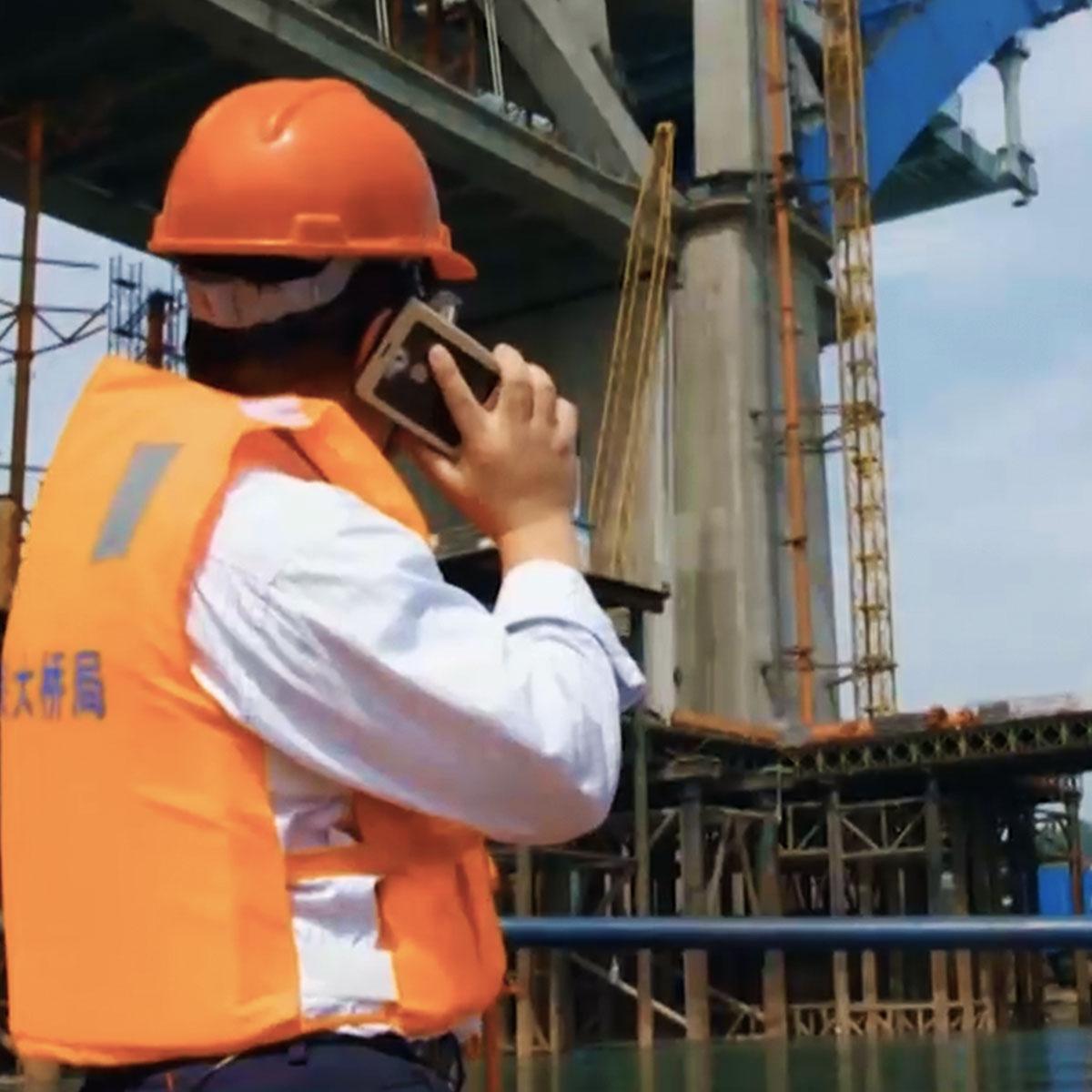 ingeniero chino dirigiendo la construccion de un puente