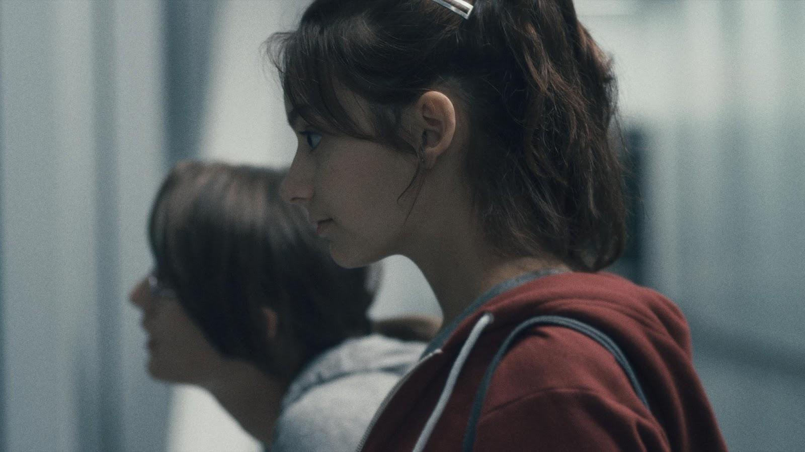 Personaje Sara frente al espejo en película 'sarah prefiere correr'