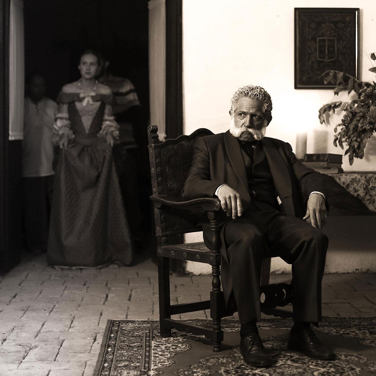 hombre sentado en una casa colonial