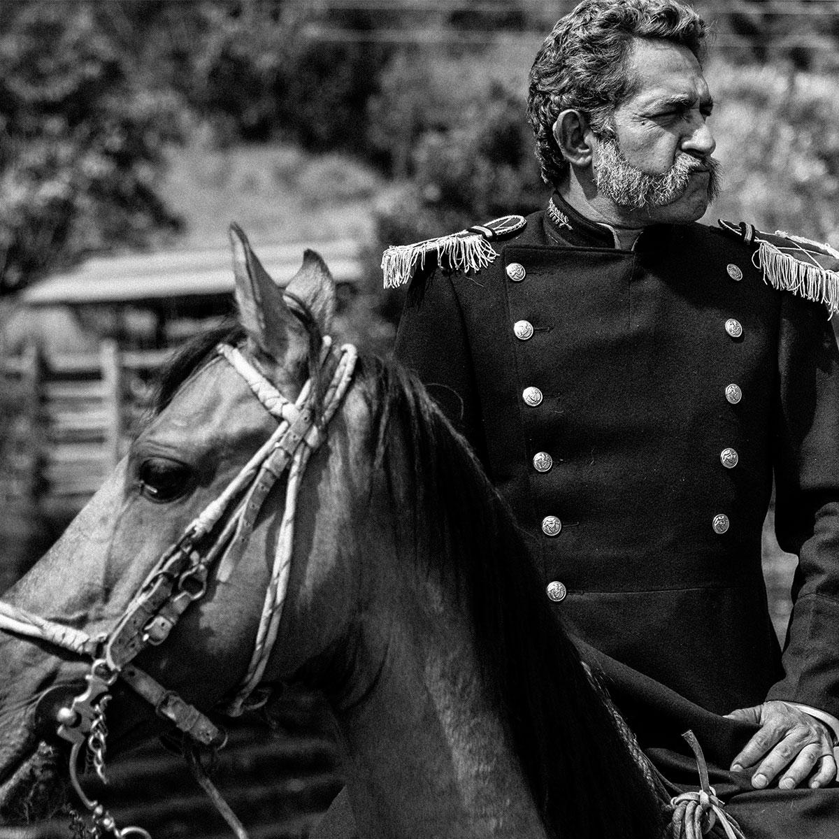 militar colonial sobre un caballo