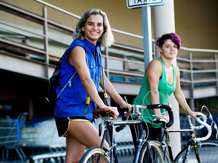 dos chicas jóvenes en bicicleta en la película Atrás hay relámpagos