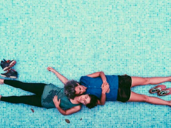 dos chicas jóvenes acostadas en el piso en la película Atrás hay relámpagos