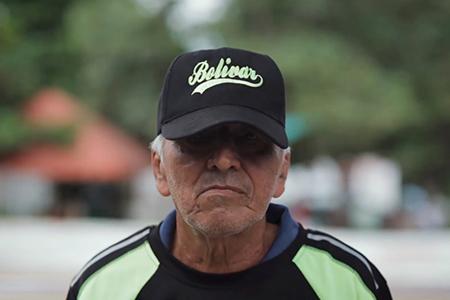 Imagen de un jugador mayor de Bate y tapita