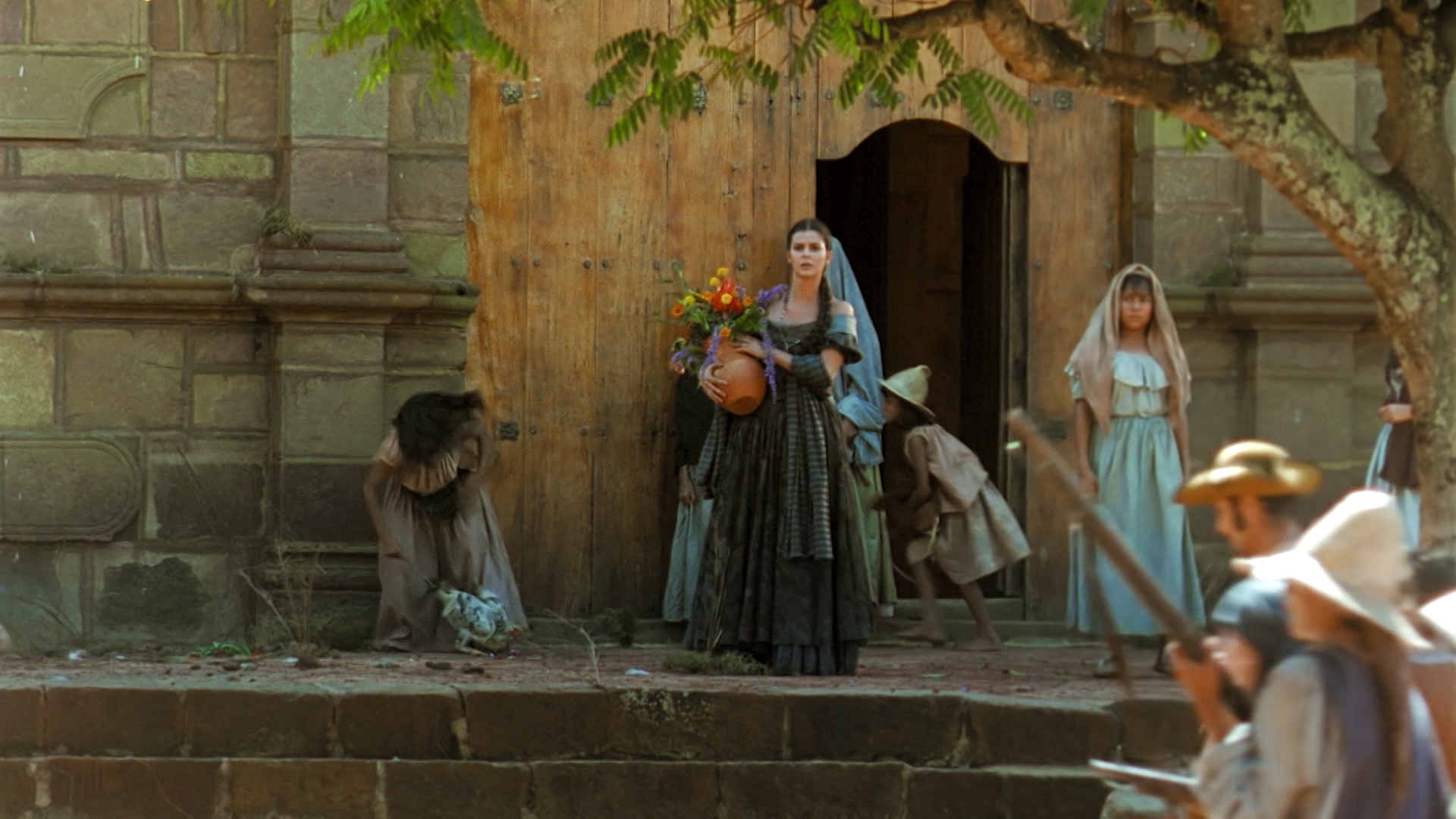 La actriz marcela agudelo vestida de época colonial para la serie De amores y delitos