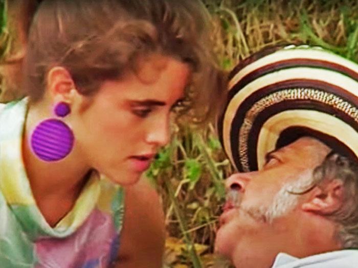 Una mujer joven y un hombre cincuentón se ven a los ojos con amor en Caballo viejo