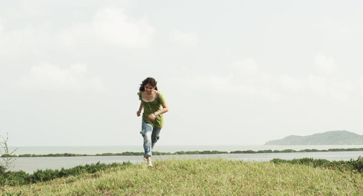 Valentina Abril corriendo en campo abierto en Cazando luciérnagas