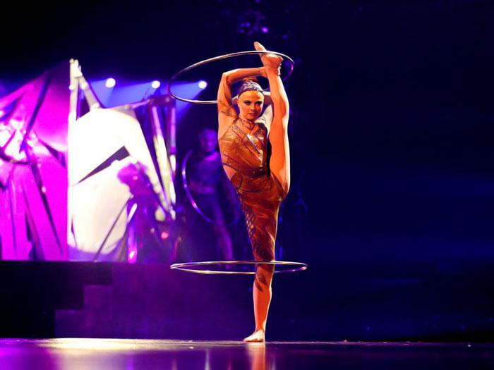 Una mujer haciendo malabares en el show del Circo del Sol