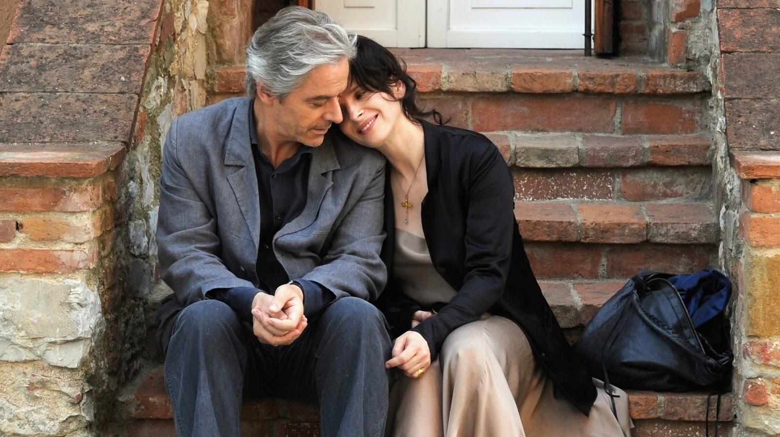 Un hombre y una mujer se abrazan en las escaleras de un pórtico
