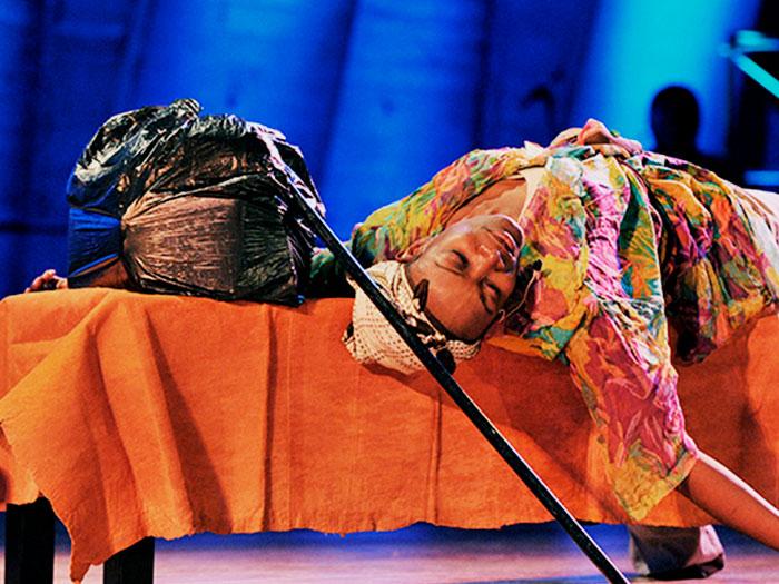 Mujer actuando en una obra de teatro. Foto: UNESCO
