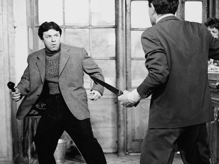 Dos hombres libran una batalla en una taberna en Disparen al pianista de Truffaut