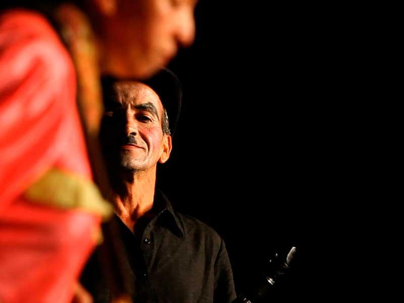 Jairo William Gutiérrez en el escenario en el documental Quijote