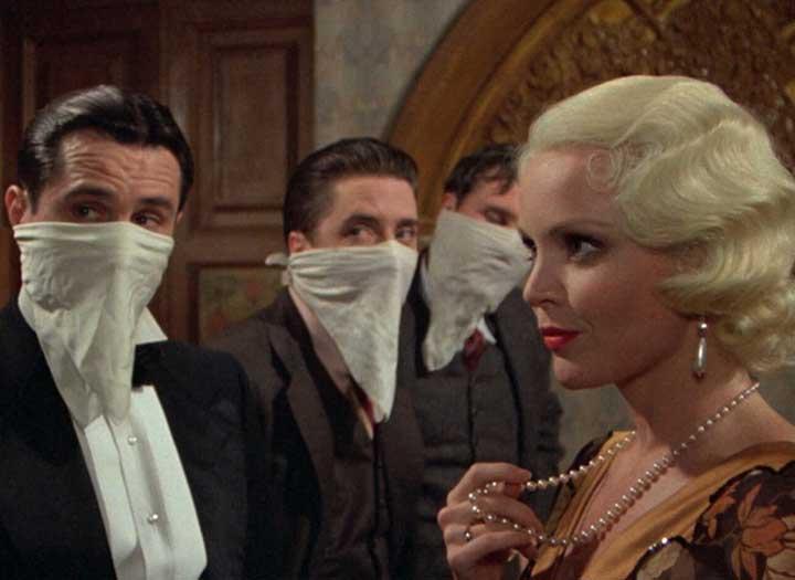 Tres hombres con el rostro tapado frente a una mujer ambientado en los años 20, Nueva York