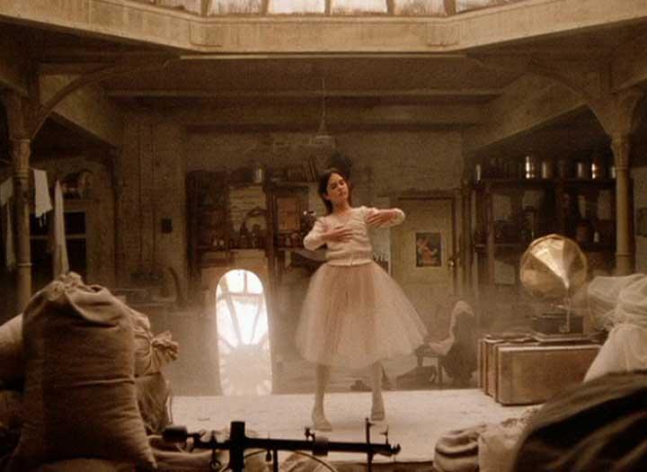 Una mujer vestida de blanco baila en un escenario