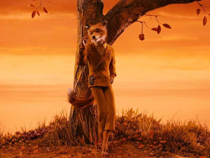 Un zorro vestido de traje recostado en un árbol en el Fantástico Sr. Fox
