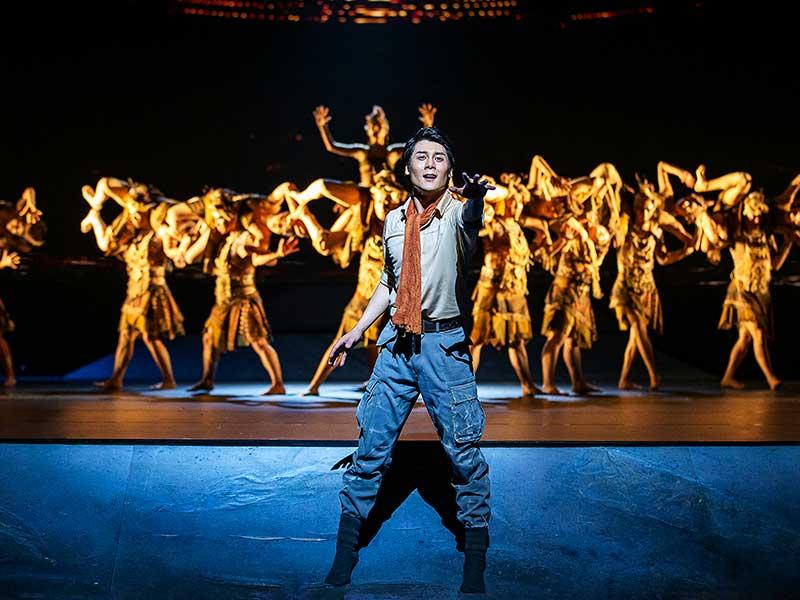 Un hombre baila ante el público en la gala de danza del origen del rio amarillo