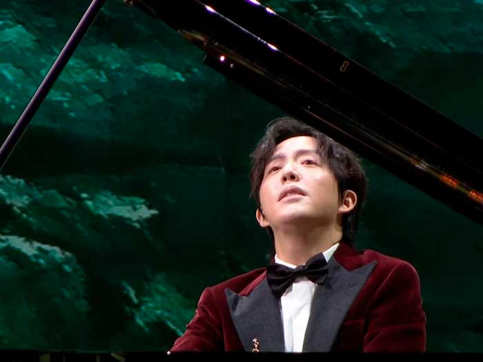 UN chino toca el piano en la gala de fiesta de primavera