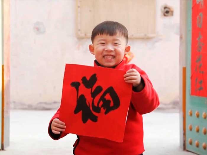 Un niño chino durante la celebración del año nuevo chino