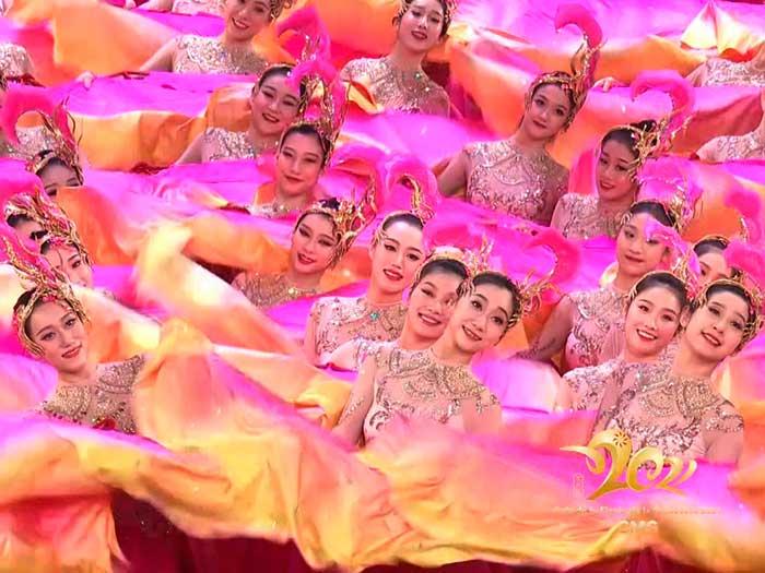 Mujeres chinas con trajes típicos en el la gala fiesta de primavera 2021