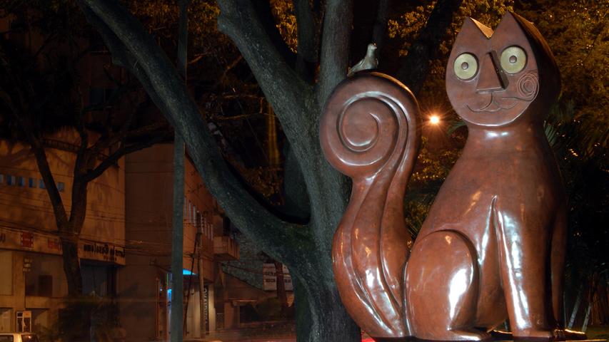 Escultura El gato de río de Hernando Tejada en Cali
