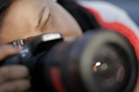 Mujer con cámara fotográfica