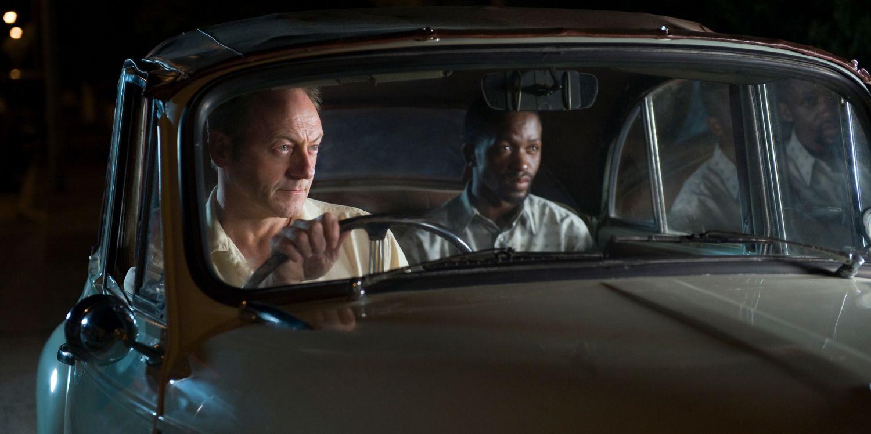 """Personajes de la película """"Mariposas negras"""" en un auto"""