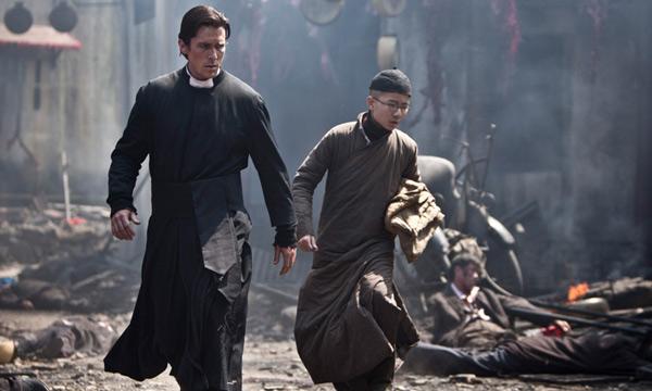 Christian Bale en escena de las flores de la guerra de Yimou Zhang
